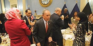 Bloomberg%20applauded%20by%20Muslims%20at%20Ramadan%20dinner.jpg