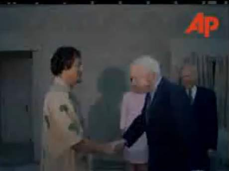 McCain%20bows%20to%20Kaddafi.jpg