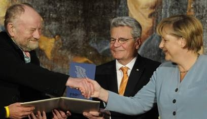 Merkel%20shaking%20hands%20with%20Westergaard.jpg