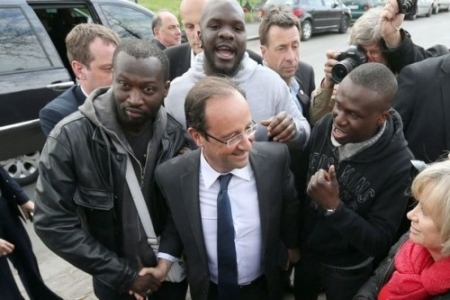 hollande%20with%20voters.jpg